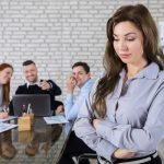 職場で孤立…辛い人間関係を乗り越える3つの対策