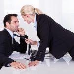 男性が職場で好きな女性にとる態度「好き避け」とは?